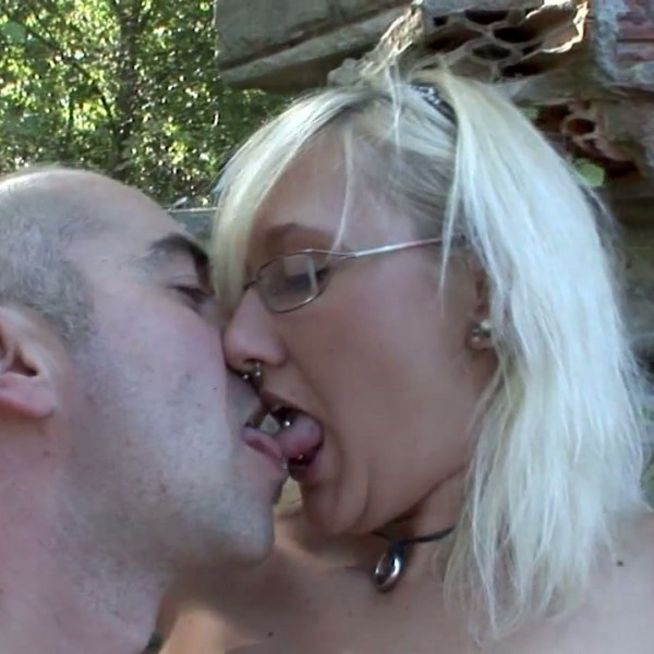 Ugly blonde fucked on public place - Photo 3 / 16